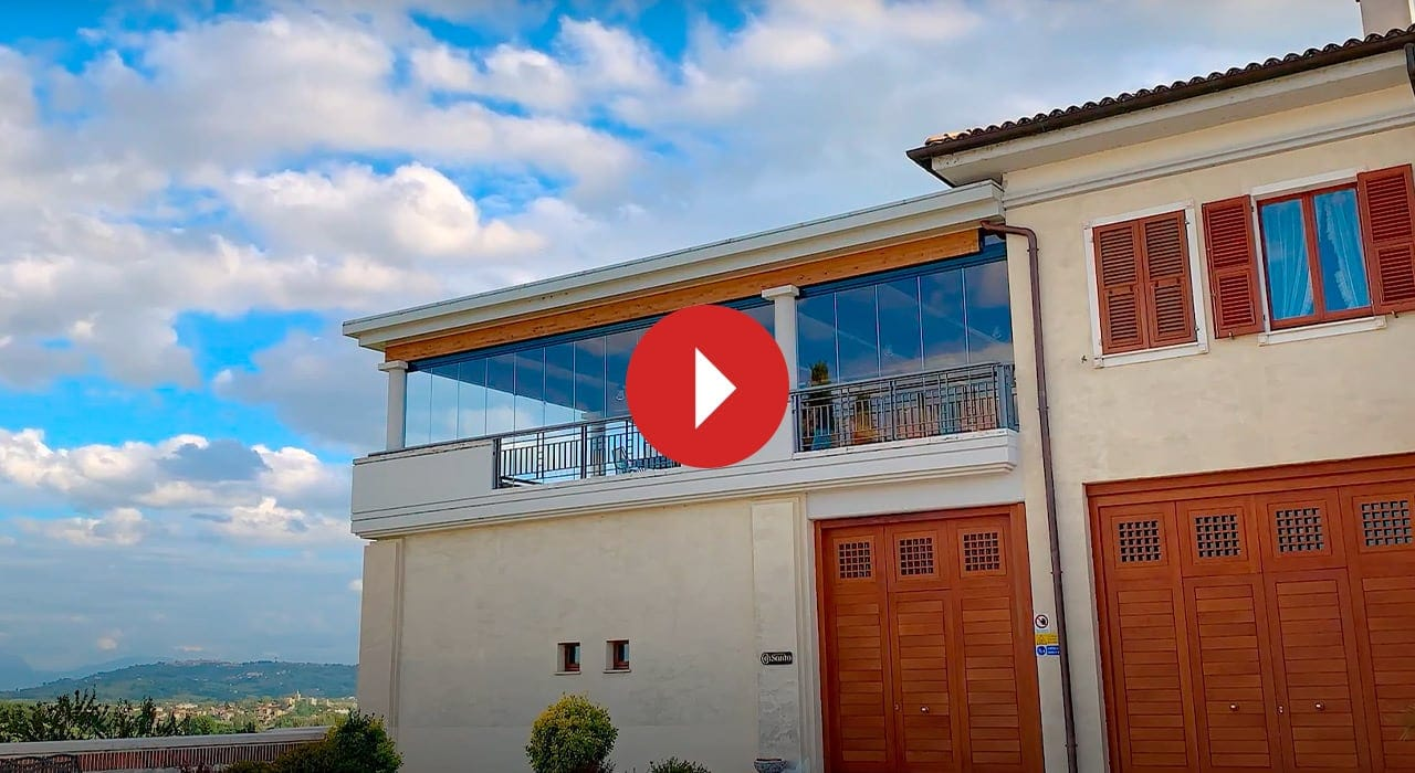 villa con porticato chiuso con le vetrate panoramiche