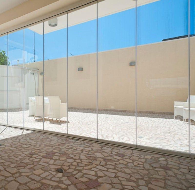 scopri tutti i vantaggi delle vetrate scorrevoli per i tuoi spazi esterni